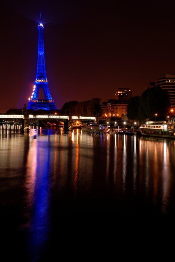 埃菲尔晚上巴黎反映塔 免版税库存图片