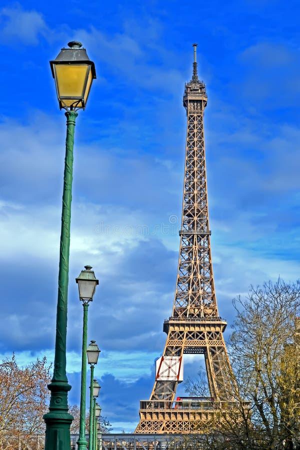 埃菲尔铁塔和绿色街灯线在蓝色多云天空,欧洲旅行变化, 库存照片