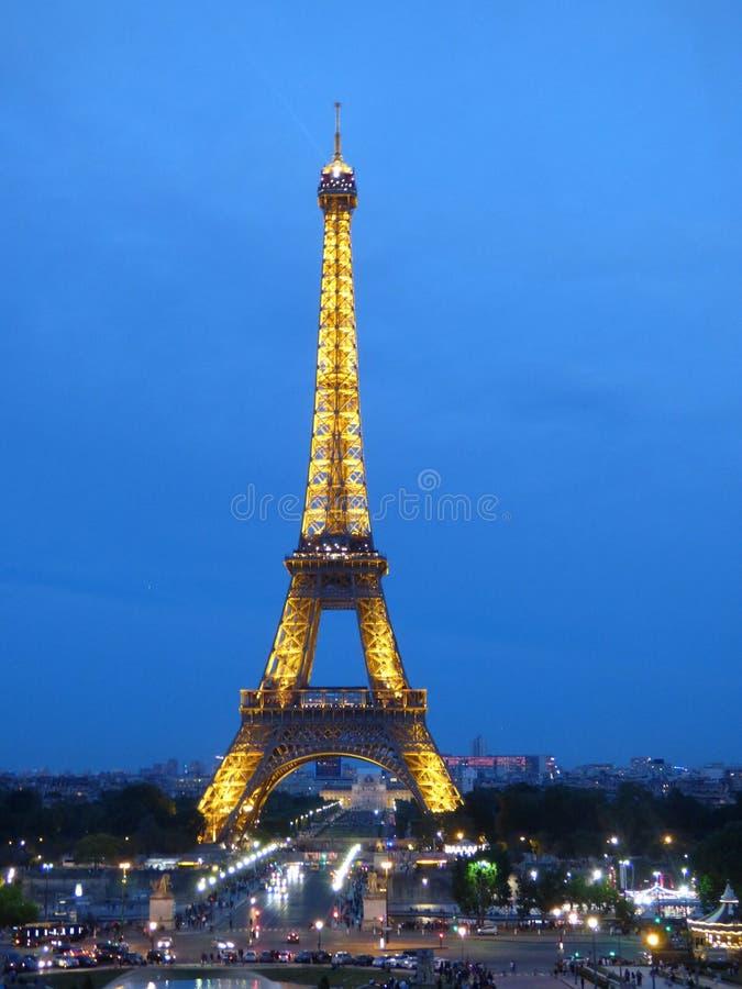 埃菲尔铁塔在晚上 库存照片