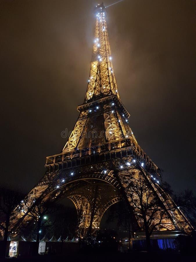 埃菲尔铁塔在晚上 库存图片