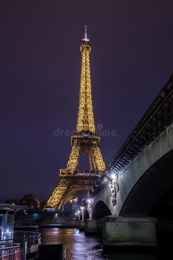 埃菲尔铁塔夜视图,在战神广场的铁塔在巴黎,法国 库存图片