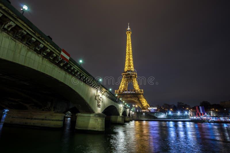 埃菲尔铁塔夜视图,在战神广场的铁塔在巴黎,法国 库存照片