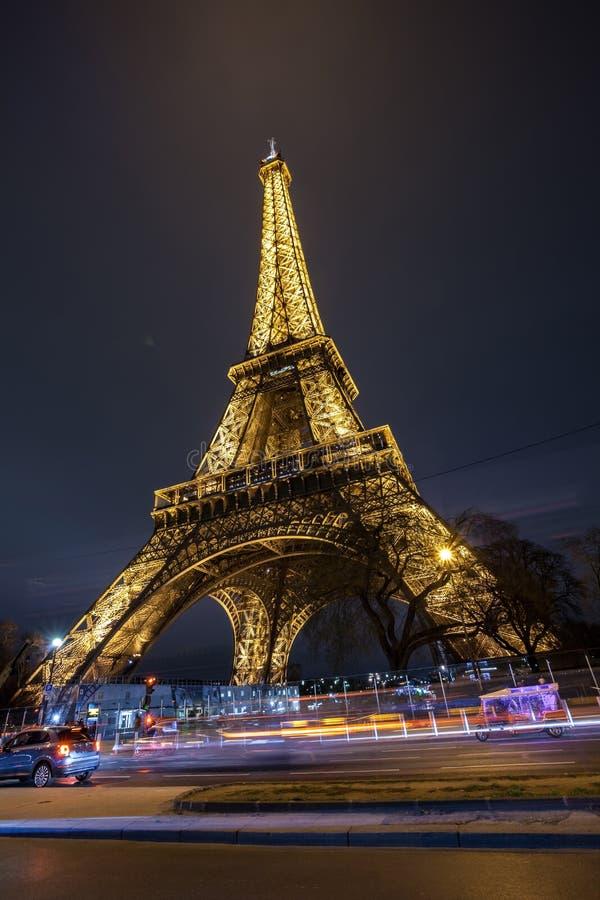 埃菲尔铁塔夜视图,在战神广场的铁塔在巴黎,法国 免版税图库摄影