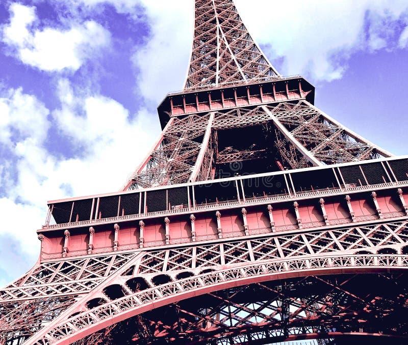 埃菲尔铁塔的接近的元素零件反对一明亮的天空蔚蓝的与云彩 春日在巴黎,法国 图库摄影