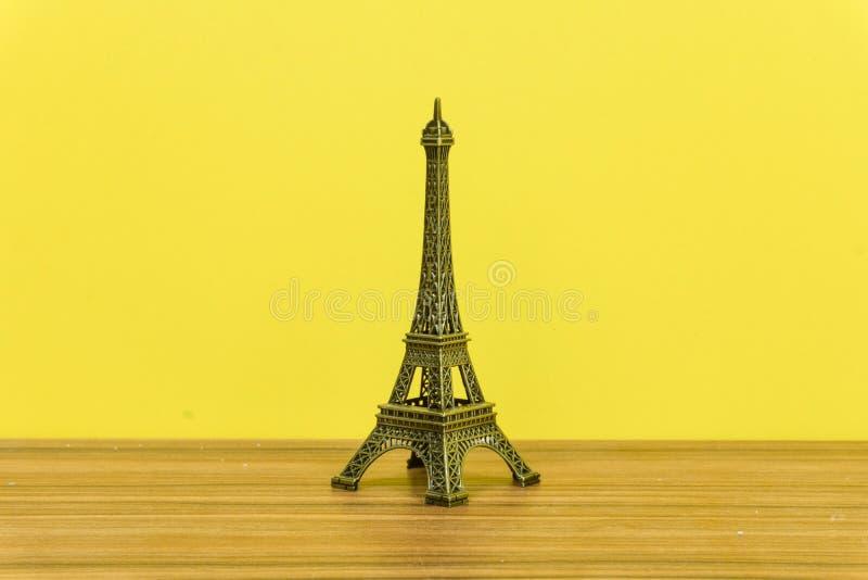 埃菲尔铁塔,巴黎,法国有黄色背景 免版税图库摄影