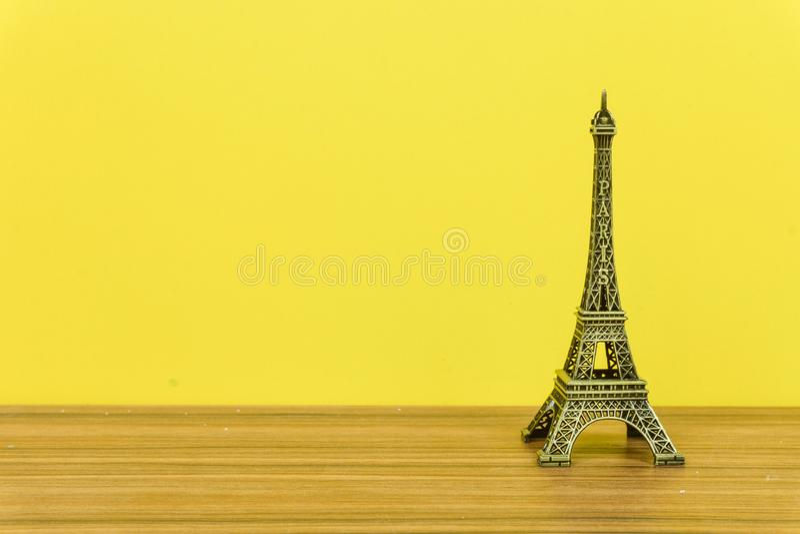 埃菲尔铁塔,巴黎,法国有黄色背景 免版税库存图片