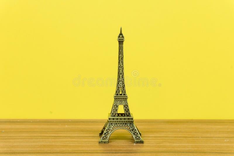 埃菲尔铁塔,巴黎,法国有黄色背景 免版税库存照片