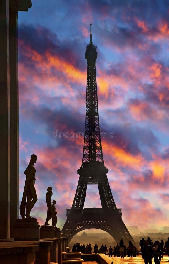 埃菲尔雕刻剪影塔 在日落期间的埃佛尔铁塔 库存照片