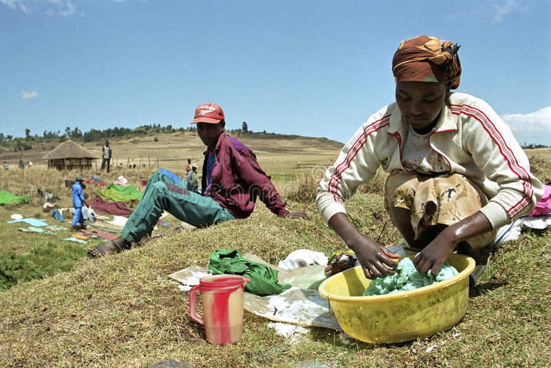 埃赛俄比亚的妇女洗涤在洗衣盆的衣裳 库存照片