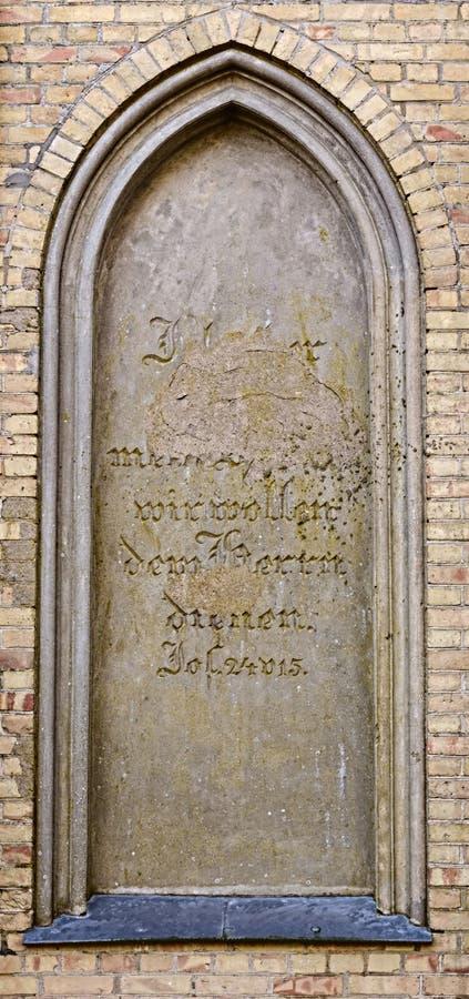 埋葬教堂的瞎的窗口在Guetzkow,梅克伦堡福尔波门,有损坏的圣经段落的-约书亚24:15德国 库存图片