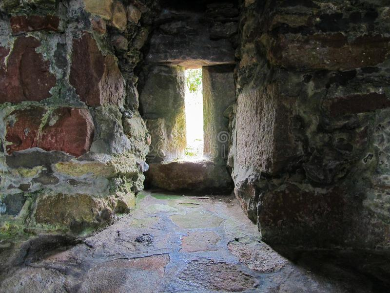城堡与厚实的墙壁的槽孔窗口 库存图片
