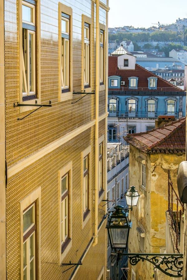 城堡区的LNarrow街道在里斯本,葡萄牙 免版税库存图片