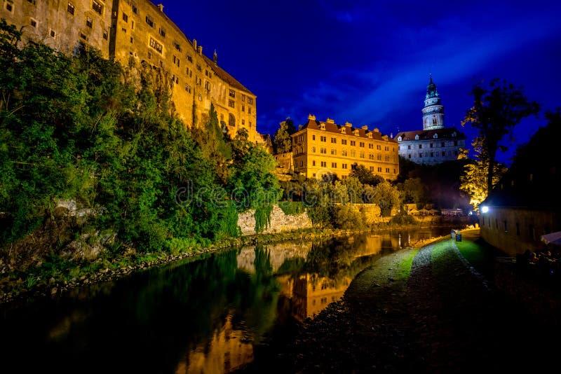 城堡和伏尔塔瓦河河浪漫看法在捷克克鲁姆洛夫在夏夜里 免版税库存图片