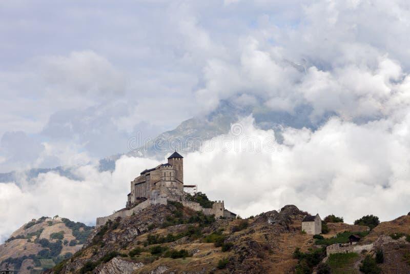 城堡和教会小山的在sion上瑞士人镇在罗讷谷 免版税图库摄影