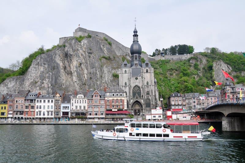 城堡和Notre Dame牧师会主持的教堂沿河默兹,迪南的 库存图片