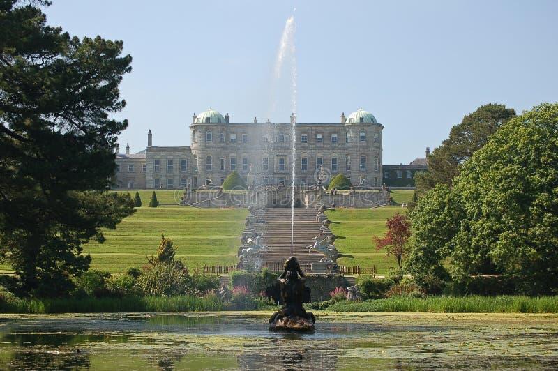 城堡喷泉庭院楼梯 免版税库存图片