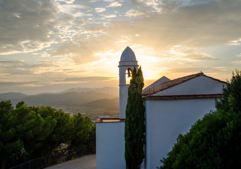 城堡圣胡安山  布拉瓦海岸,布拉内斯,西班牙 约翰浸礼会教友教堂,日落的 图库摄影