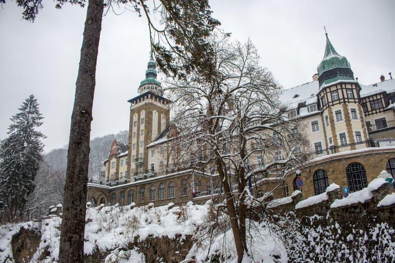 城堡在冬天森林里在Lillafured,米什科尔茨,匈牙利 斯诺伊森林和岩石在历史豪华宫殿附近 免版税库存图片