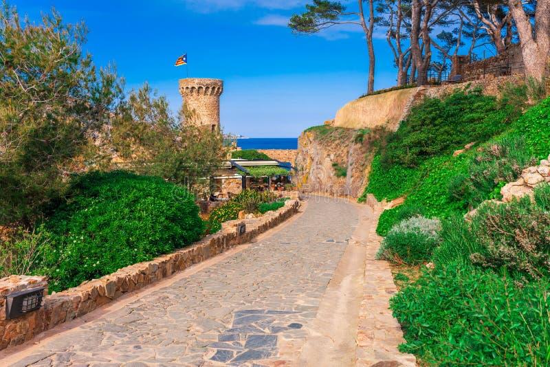城堡在托萨德马尔在希罗纳,加泰罗尼亚,近西班牙巴塞罗那 与好的沙滩和清楚的蓝色的古老中世纪城堡 免版税图库摄影