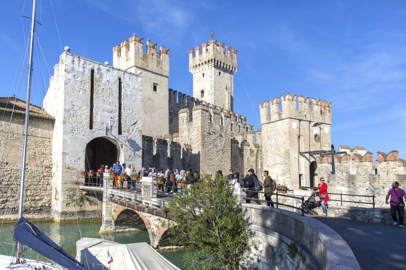 城堡在西尔苗内- 2018年10月2日:看法对中世纪Rocca Scaligera城堡13世纪在Garda湖的西尔苗内镇 库存照片