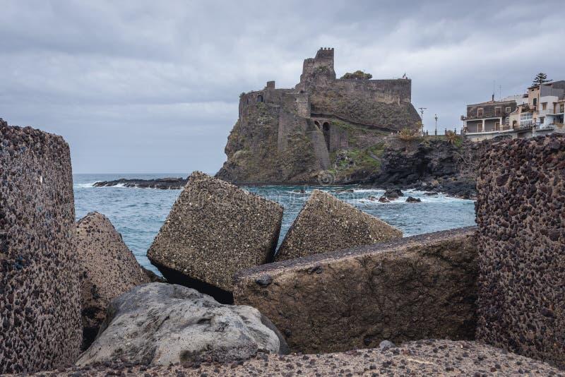 城堡在阿奇卡斯泰洛 免版税库存照片