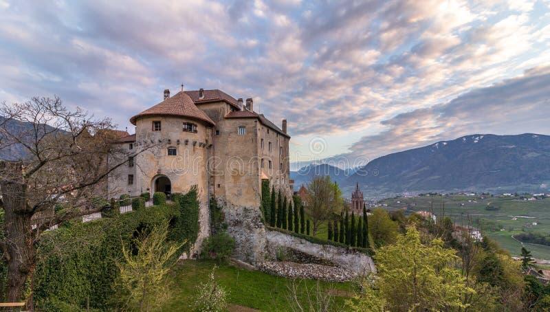 城堡在Meran附近的谢纳Scena全景在日落期间 谢纳,省波尔查诺,波尔扎诺自治省,意大利 免版税库存照片