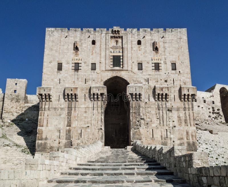 城堡堡垒门地标在中央老阿勒颇市叙利亚 库存照片