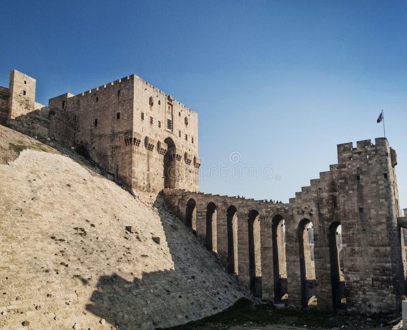 城堡堡垒门地标在中央老阿勒颇市叙利亚 图库摄影