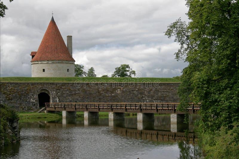 城堡库雷萨雷,爱沙尼亚 护城河和桥梁 库存照片