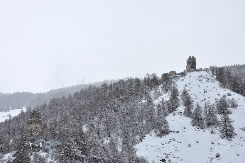 城堡废墟和塔 免版税库存照片