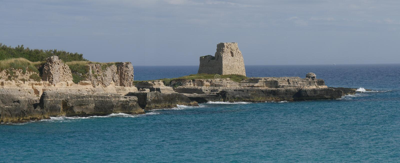 城堡废墟和监视塔在罗卡 库存图片