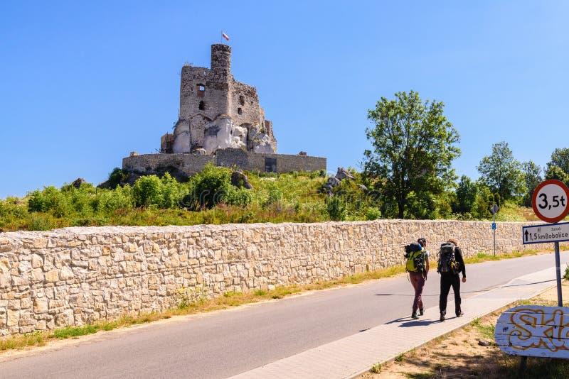 城堡废墟在米罗村庄,称老鹰乐队巢的其中一座中世纪城堡落后 免版税图库摄影