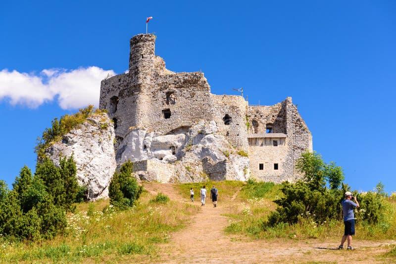 城堡废墟在米罗村庄,称老鹰乐队巢的其中一座中世纪城堡落后 免版税库存图片
