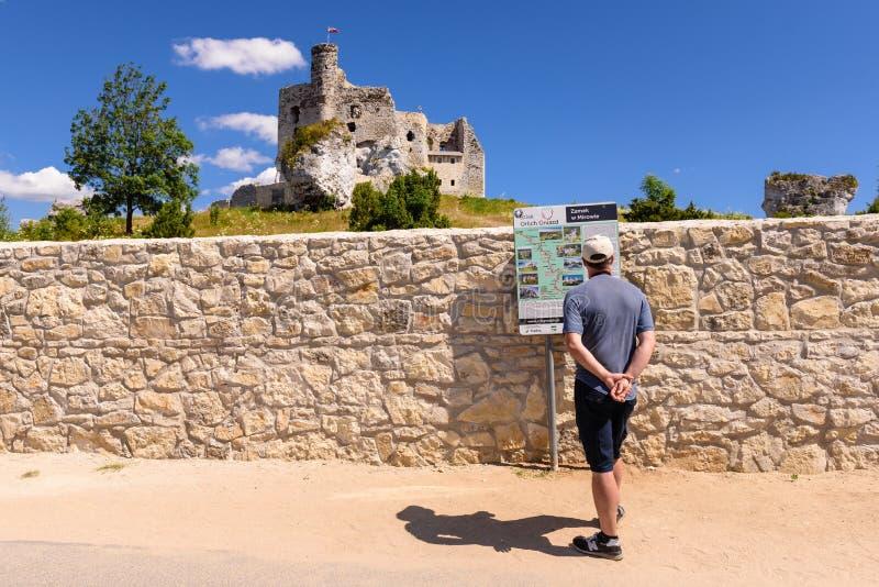 城堡废墟在米罗村庄,称老鹰乐队巢的其中一座中世纪城堡落后 库存照片