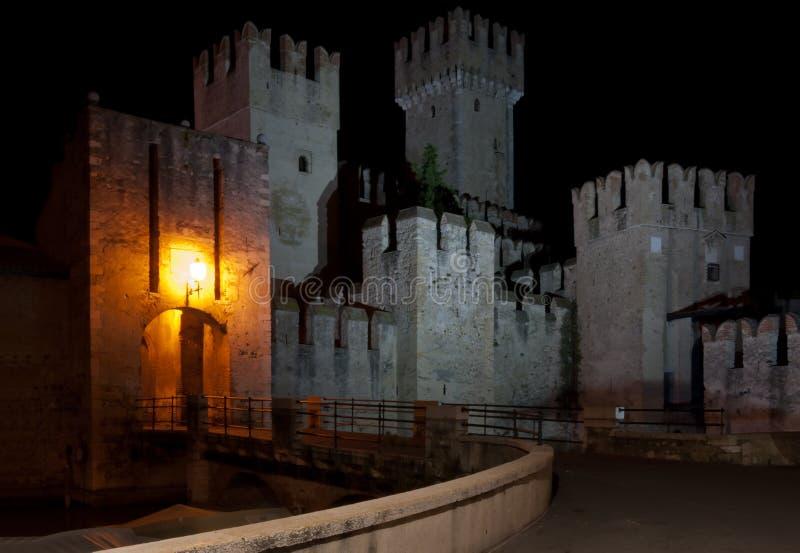 城堡意大利晚上scaliger sirmione 库存照片