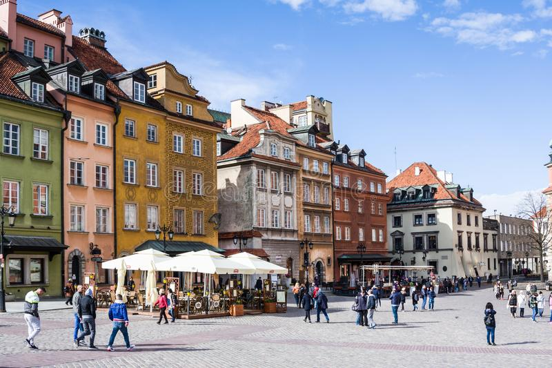城堡的五颜六色的房子摆正在老镇华沙,波兰的首都 免版税库存图片
