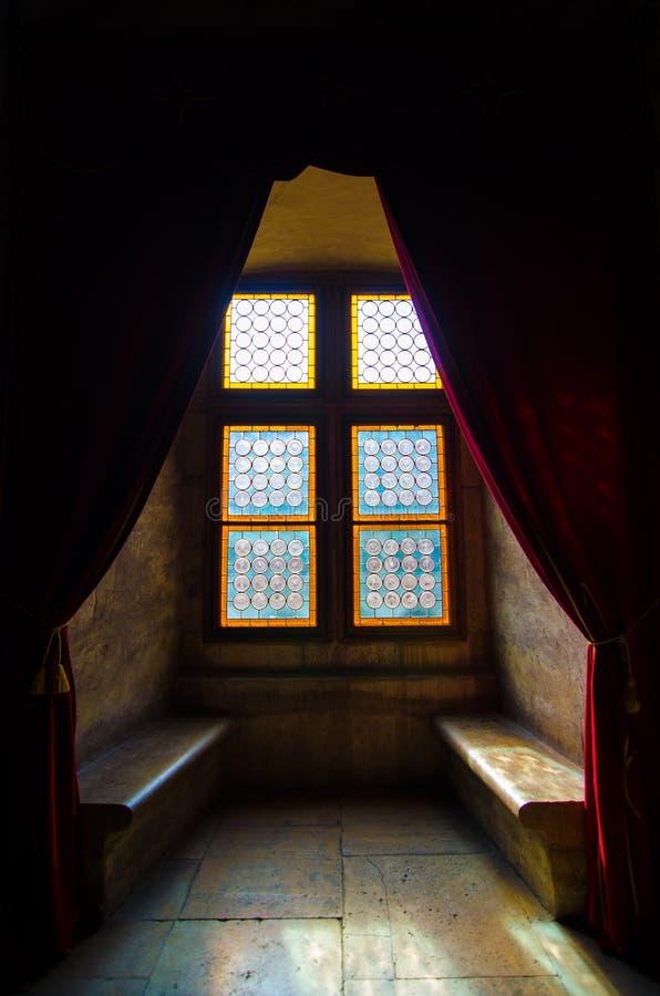城堡的五颜六色的窗口 免版税库存图片