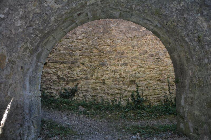 城堡的古老石曲拱 免版税库存照片