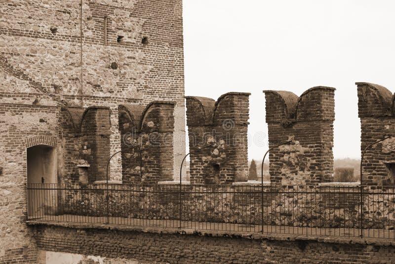 城堡的城垛在保护中世纪s的墙壁上的 免版税库存图片
