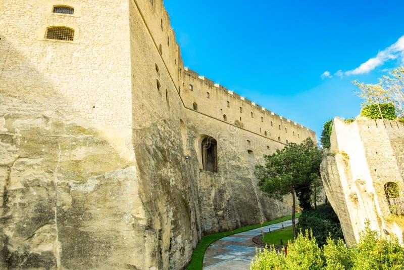 城堡的大墙壁的宽看法在那不勒斯Castel桑特艾蒙在意大利 图库摄影