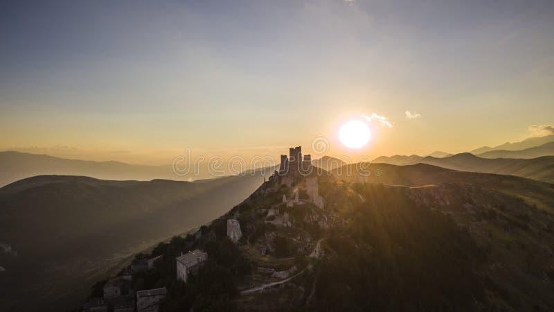 城堡的日落,Rocca卡拉肖,阿布鲁佐,意大利 免版税库存图片