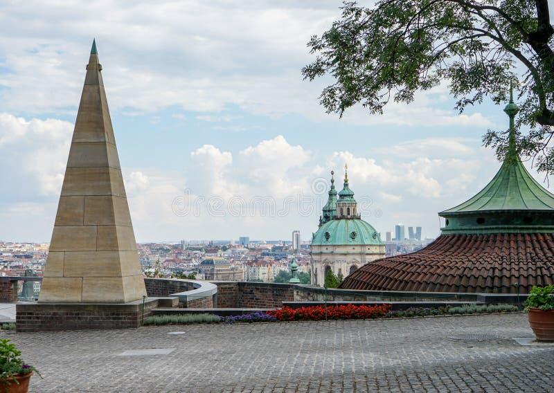 城堡的金字塔和亭子在布拉格 免版税库存照片