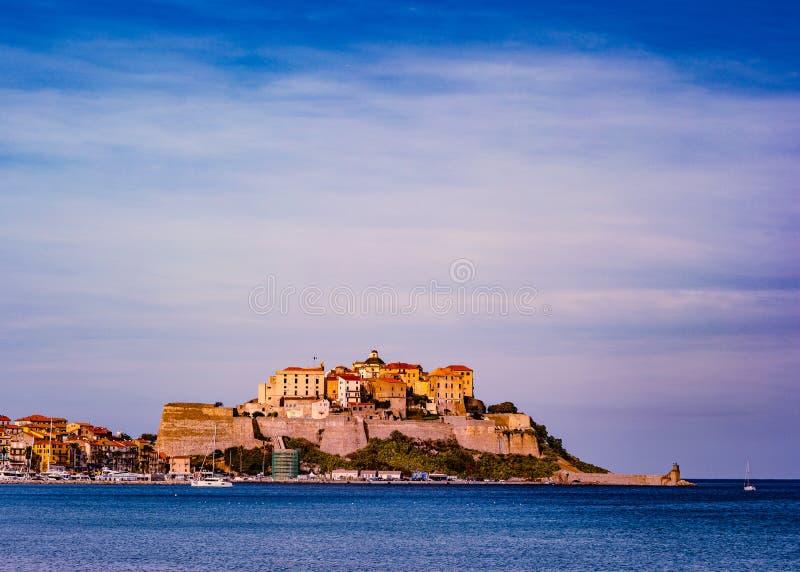 城堡看法有房子的卡尔维海湾的,科西嘉海岛,法国 免版税库存图片