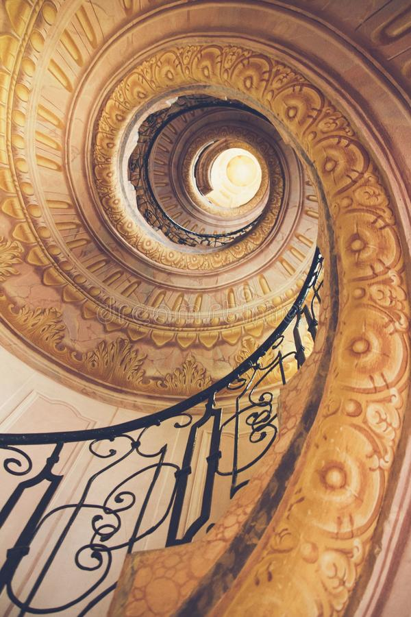 城堡老螺旋形楼梯 库存照片