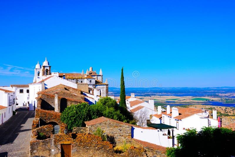 城堡视图-美丽如画的村庄, Monsaraz -阿连特茹平原,南葡萄牙风景 库存照片