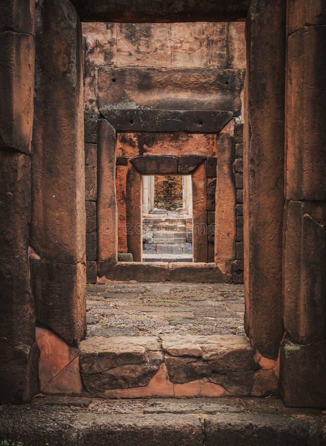 城堡3地板的入口 Prasat puay noi Castle Rock老建筑学一一千年前在Khonkaen省, T 免版税库存图片