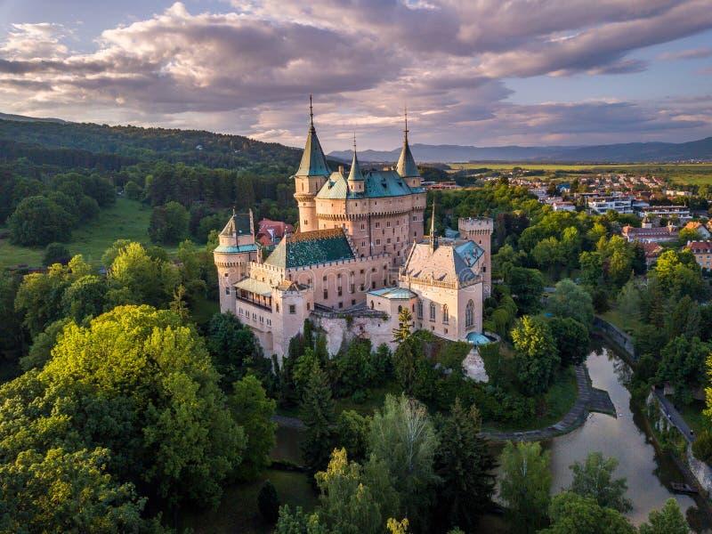 城堡Bojnice,中欧,斯洛伐克鸟瞰图  联合国科教文组织 日落光 免版税库存照片