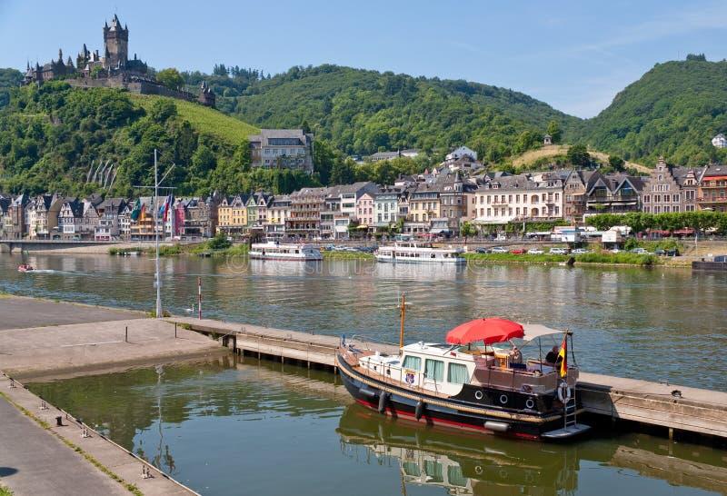 城堡cochem在视图之下的德国城镇 免版税图库摄影