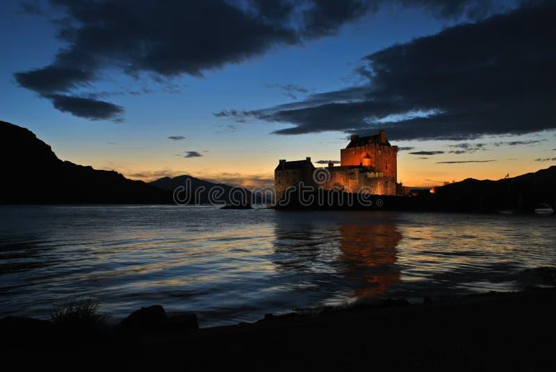 城堡donan eilean苏格兰微明 免版税图库摄影