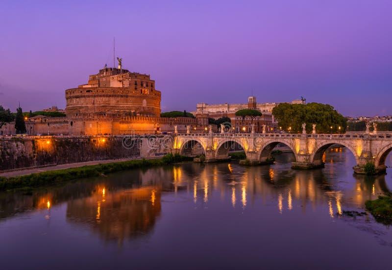 城堡Hadrian、桥梁Sant安吉洛和河台伯河Sant安吉洛陵墓夜视图在罗马 库存图片